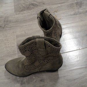NWOT Women's Tan Mudd Ankle Boots size 6
